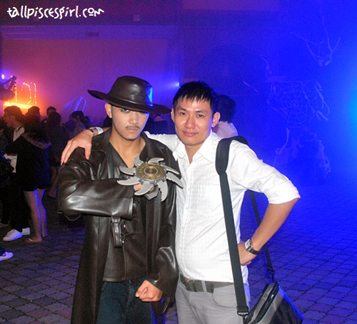 Phewit!!! Who is this leng chai? (I mean the one in black LOL) Van Helsing oh!!!