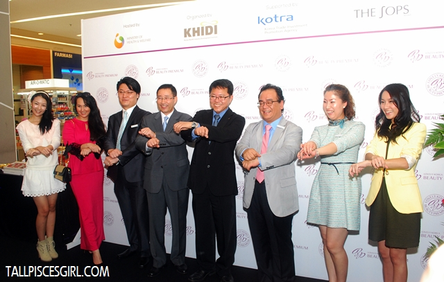 Distinguished guests with Gangnam Style pose