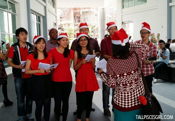 If you're lucky, you'll be able to catch this awesome choir singing Christmas carols! Happy to bumped into a friend of mine in the group (second girl from left :p)