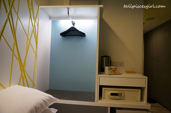 XYZ Deluxe Room - In-room safe, coffee-making facilities and open hanging cupboard