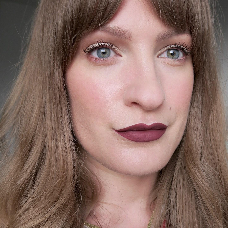 Holographic silver glitter eyeshadow, oxblood lips (Glowy make up edit)