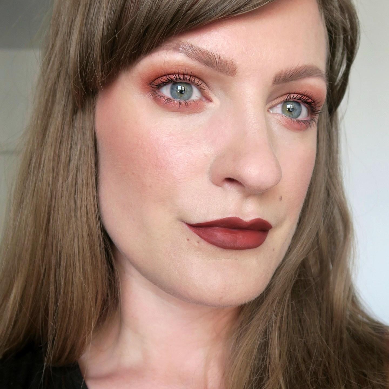 Tonal beauty inspiration. Tonal make up ideas: orange smokey eyes, rust brown lips, warm blusher. One colour make up inspiration. Warm-toned make up.