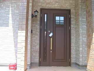 保護シートが外された玄関ドア