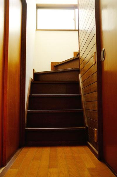 戸建シェアハウスの二階フロアへ続く階段の画像です。