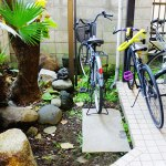 一戸建てシェアハウスの自転車置き場の画像です。