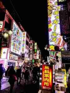ロボットレストランとギラギラガールズのある歌舞伎町