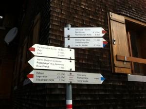Wegweiser auf der Freiburger Hütte