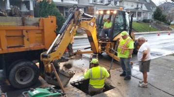 Water Department Repairing Service Line, 200 block of East Broad Street, Tamaqua, 11-6-2015 (10)