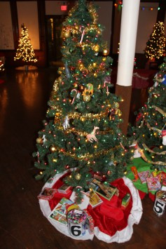 Tree Festival, Voting, Tamaqua Community Arts Center, Tamaqua, 12-4-2015 (43)