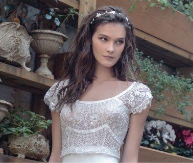 שמלת כלה עדינה עם תחרה בסגנון וינטאג'