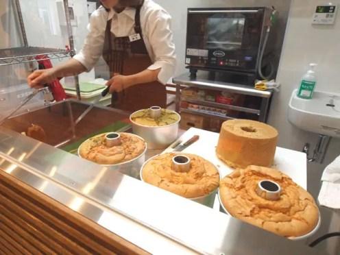 シフォンケーキは店内でつくってます。