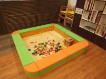 子供連れでも楽しめるキッズスペースを完備。