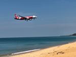 プーケット国際空港近くのナイヤンビーチ エアーポートビューポイントで航空機の着陸を見る。