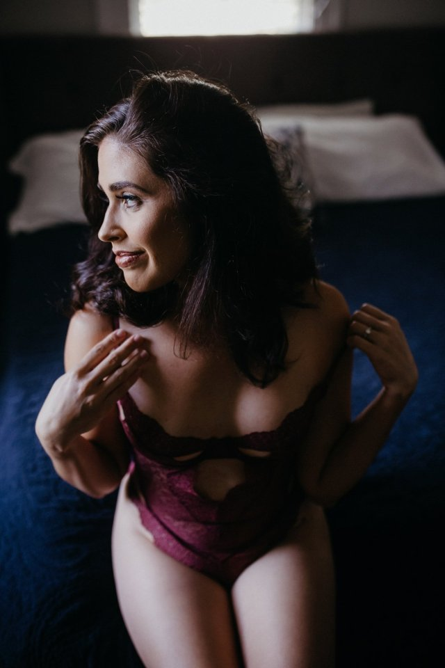 A classy boudoir photography session in Tampa with photographer Tami Keehn.