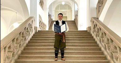 Srbin u Insbruku primio diplomu u narodnoj nošnji