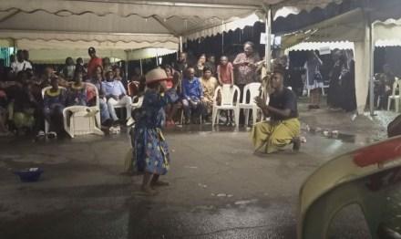 La danse sur les pas du vieux singe, seulement à 5 ans d'âge, ils initient un public à l'Ambass bey