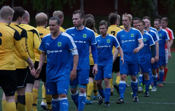 Kapteeni Otto Pitkänen johdatti joukkonsa kättelyihin ottelun jälkeen