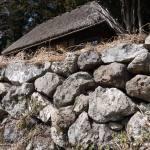 八重地の石垣と茅葺の家