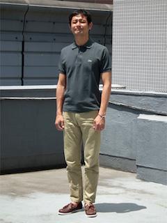 黒のポロシャツ×ベージュのパンツ×茶色のローファー