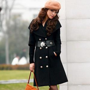 黒色のロング丈Pコートの着こなし