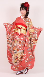 サーモンピンクの振袖と金を挿し色とした成人式の振袖画像