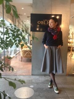 セーター×サーキュラースカート×靴×マフラー