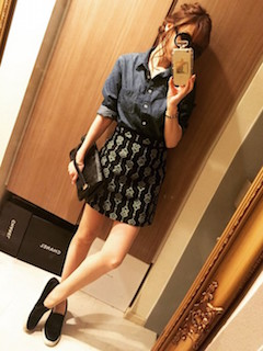 濃いめの色の種類のデニムシャツのスカートスタイル