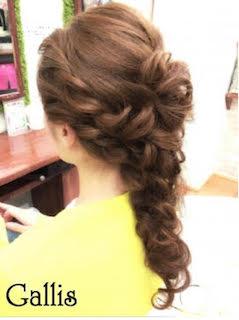 ねじり編み込みの水着に似合うロングのかわいい髪型