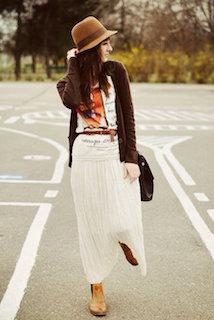 Tシャツ×茶色カーディガン×スカート×ブーツ×ハット帽
