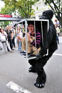 ゴリラに捕まる人間のおもしろいハロウィンで人気の仮装