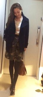 ネイビーのPコート×白のニット×迷彩柄のスカート