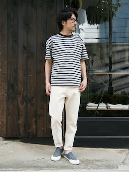 ボーダーTシャツ×白のパンツ×グレーのスリッポン
