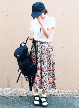 白のTシャツ×花柄スカート×黒のサンダル×キャップ