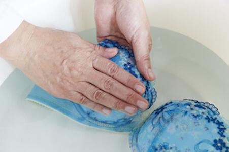 下着(ブラジャー・パンツ)の正しい洗い方(手洗い方法①-④:押し洗う)