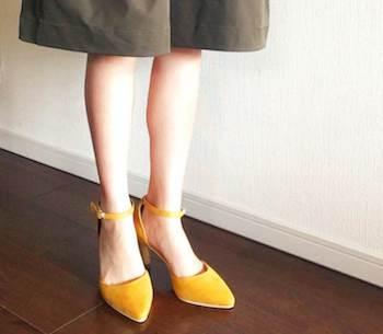 足をシャープに見してくれるレディースに人気のストラップパンプス