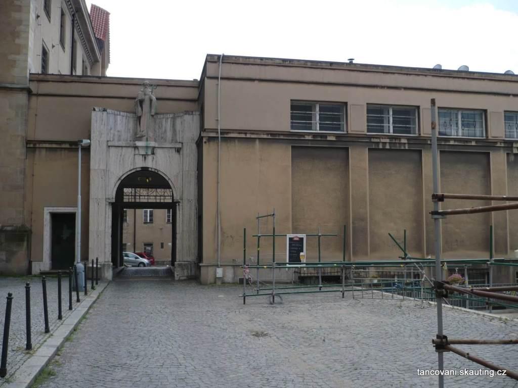 Příchod k sálu (budova vlevo je kostel Emauzy)