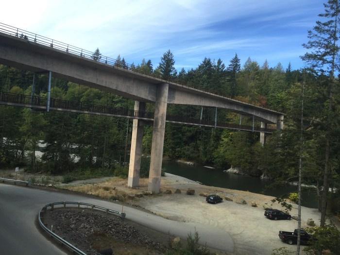 Pont sur la piste cyclable à la sortie de Port Angeles. La voie du bas est réservée au cyclistes et piétons