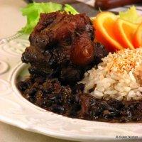 Goveđi rep sa crnim grahom u umaku od čokolade i riža s kokosom