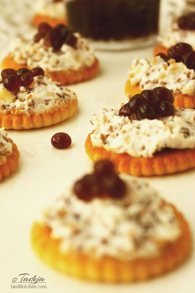 krekeri s namazom od sira i Saeco espresso kavijarom