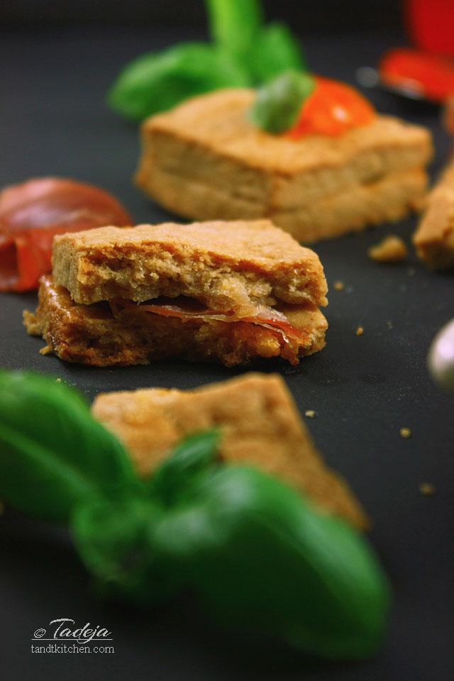 Kikiriki maslac keksi s pršutom i želeom od crvenih paprik