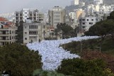 Απίστευτο «ποτάμι» σκουπιδιών πνίγει την Βηρυτό. Τα προβλήματα άρχισαν όταν οι Αρχές έκλεισαν την κύρια χωματερή της πόλης, τον Ιούλιο, χωρίς να εξασφαλίσουν εναλλακτική λύση.