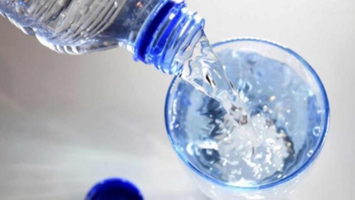 Banyak Minum Air Mineral Saat Sakit Berbahaya Bagi Kesehatan?