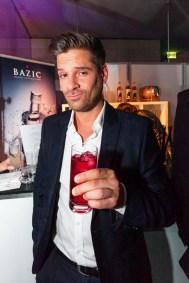 TANGO_online_ahoi_0215__schauspieler ralph gassmann mit bazic vodka