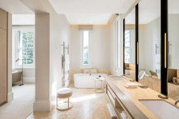 72191498-H1-Treasury_King_Room_Bathroom
