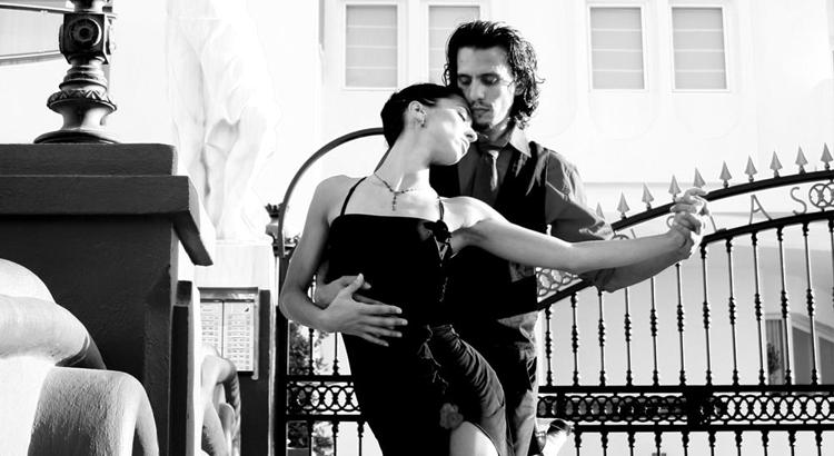 Танго - танец, где мужчина ведет, а женщина следует
