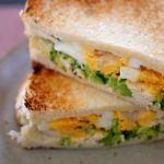 ゆで卵の白と黄色、ブロッコリーの緑でにぎやかなホットサンド