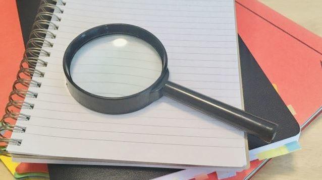 虫眼鏡とノート