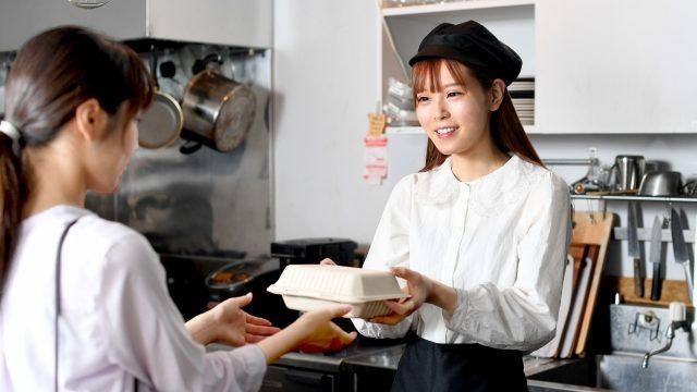 飲食店でアルバイトをする人