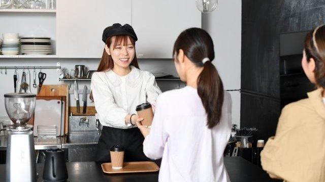 飲食店でアルバイトする女性