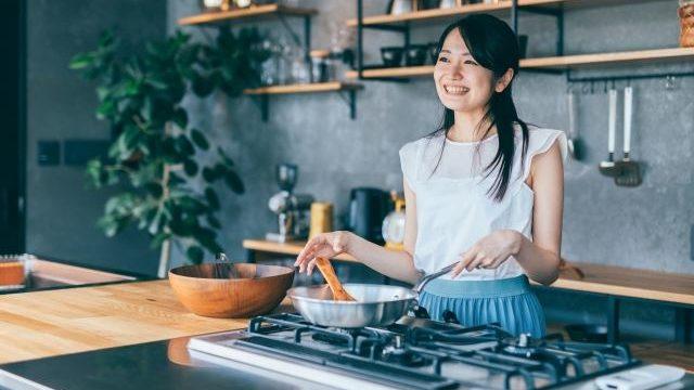 料理を作っている女性